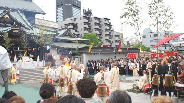 右端が貫主様、左本堂前に祭壇。真ん中で護摩の火が燃え盛る。